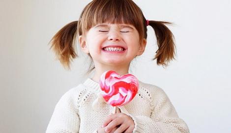 ребенок ест много сладкого