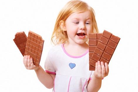 дети едят одни конфеты